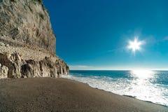 Голубое море и старая стена Стоковое Изображение