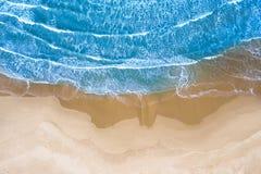 Голубое море на пляже увиденном сверху стоковое изображение rf