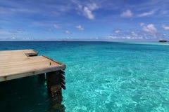 голубое море пристани Мальдивов палубы тропическое Стоковые Изображения