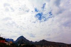 голубое небо гор голубое небо облака Стоковое фото RF