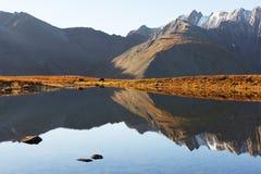 голубое небо гор озера Стоковое Изображение