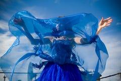 голубое небо девушки платья Стоковое фото RF
