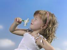 голубое небо девушки стоковое изображение rf
