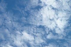 Голубое небо дня с редкими красивыми облаками для дизайнерской предпосылки ` s Стоковая Фотография