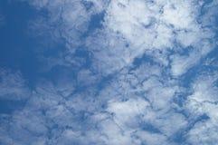 Голубое небо дня с редкими красивыми облаками для дизайнерской предпосылки ` s Стоковое фото RF