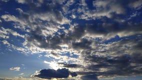 голубое небо заволакивает белизна Природа desktop Ландшафт обои стоковые фото