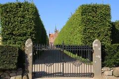 Голубое небо, закрытая загородка и замок Egeskov в Danmark в лете Стоковые Изображения