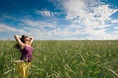 голубое небо зеленого цвета травы поля супоросое под женщиной Стоковое Изображение RF