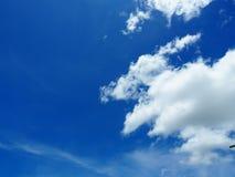 Голубое небо и белые облака во дне солнечности стоковые фото