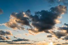 Голубое небо и драматическое образование облака во время захода солнца стоковые фотографии rf