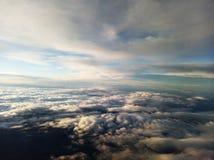 Голубое небо и облака смотря от самолета стоковое изображение