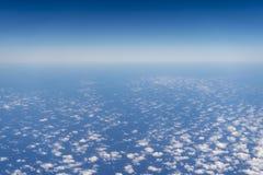 Голубое небо и океан увиденные от самолета стоковая фотография