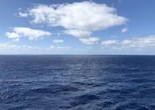 Голубое небо и ровное плавание Стоковое Изображение RF