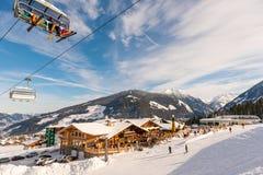 Голубое небо и liftchait над рестораном горы и покрытыми снег крышей и горами на предпосылке стоковые фотографии rf