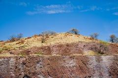 голубое небо красного цвета холма Стоковая Фотография