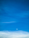 голубое небо луны дня Стоковые Изображения RF