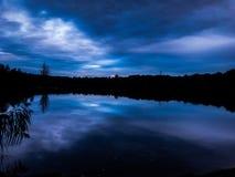 Голубое небо над драматической сценой моря Стоковое Изображение