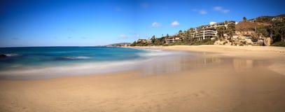 Голубое небо над западным пляжем улицы в пляже Laguna Стоковое Изображение RF