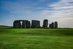 Голубое небо над памятником Англией StonehengeHistorical, Великобританией стоковые фотографии rf