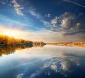Голубое небо над рекой стоковое изображение rf