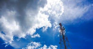 Голубое небо на предпосылке башня сотового телефона использовано для посылки Стоковое фото RF
