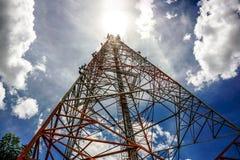 Голубое небо на предпосылке башня сотового телефона использовано для посылки Стоковые Фотографии RF