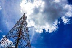 Голубое небо на предпосылке башня сотового телефона использовано для посылки Стоковая Фотография RF