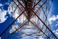 Голубое небо на предпосылке башня сотового телефона использовано для посылки Стоковые Изображения