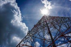 Голубое небо на предпосылке башня сотового телефона использовано для посылки Стоковое Изображение
