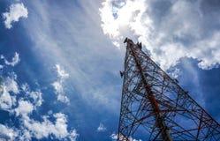 Голубое небо на предпосылке башня сотового телефона использовано для посылки Стоковые Фото