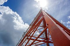 Голубое небо на предпосылке башня сотового телефона использовано для посылки Стоковое Фото