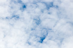 голубое небо облака крупного плана синь предпосылки красивейшая заволакивает небо Драматическое небо с бурным Стоковые Изображения