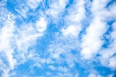 голубое небо облака крупного плана синь предпосылки красивейшая заволакивает небо Драматическое небо с бурным Стоковые Фотографии RF