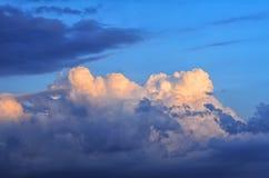 голубое небо облака Синее небо с предпосылкой облака против сини заволакивает сказовая белизна неба мягко Пернатые белые облака в Стоковая Фотография RF