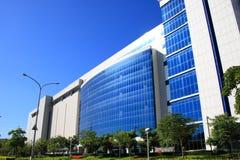 голубое небо офиса здания вниз Стоковые Изображения