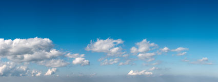 голубое небо панорамы стоковые изображения rf
