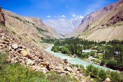 голубое небо реки горы morraine вниз Стоковые Изображения RF