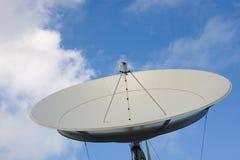 голубое небо спутника тарелки стоковое фото rf