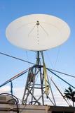 голубое небо спутника тарелки стоковые фотографии rf