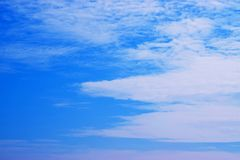Голубое небо с белизной заволакивает 171101 0008 Стоковая Фотография RF