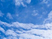 Голубое небо с белой предпосылкой облака Стоковые Фотографии RF