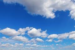 Голубое небо с белыми облаками кумулюса Стоковые Фотографии RF
