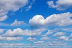 Голубое небо с белыми облаками кумулюса Стоковое Изображение RF