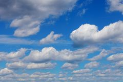 Голубое небо с белыми облаками кумулюса Стоковые Изображения