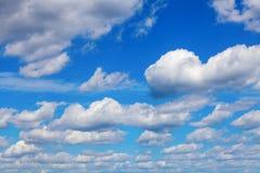 Голубое небо с белыми облаками кумулюса Стоковые Изображения RF