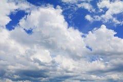 Голубое небо с большим облаком и raincloud, искусство природы красивое Стоковые Фото