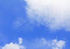 Голубое небо с большим облаком и raincloud, искусство природы красивое Стоковое Изображение