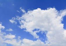 Голубое небо с большим облаком и raincloud, искусство природы красивое Стоковые Изображения