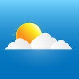 Голубое небо с бумажными облаками и солнцем. Стоковые Изображения