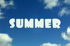 Голубое небо с облаками и летом надписи стоковое изображение rf